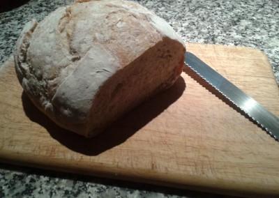 Corte de la hogaza de trigo y centeno