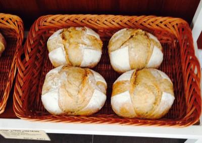 Hogazas de trigo y centeno en la Panadería Amasamadre